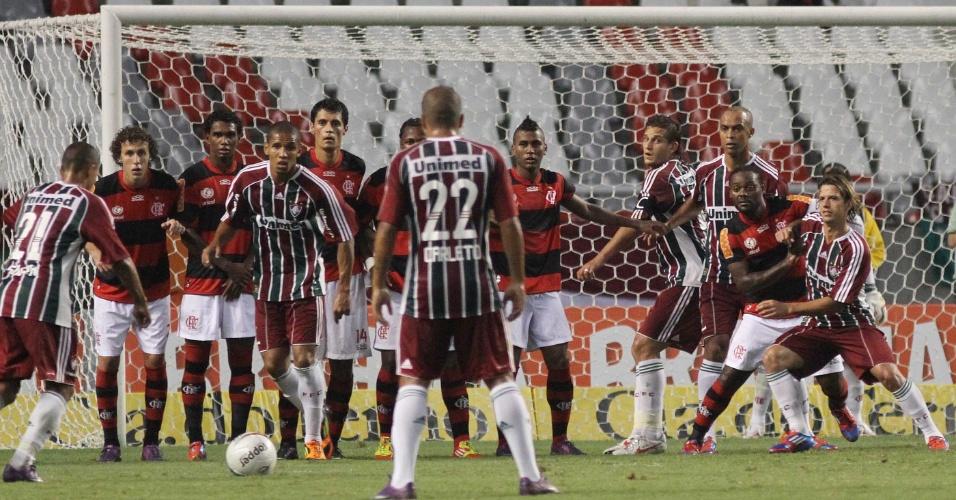 Souza do Fluminense cobra falta, no segundo tempo do clássico contra o Flamengo