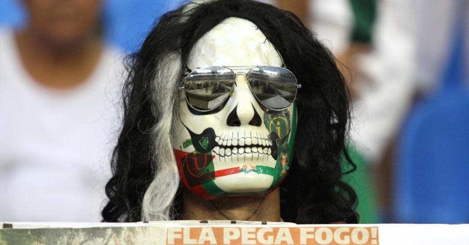 Torcedor mascarado do Fluminense aguarda o início do clássico no Engenhão
