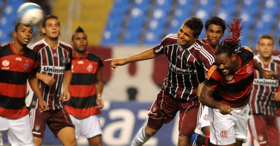 Vágner Love cabeceia em escanteio, marcado por Anderson, zagueiro do Fluminense