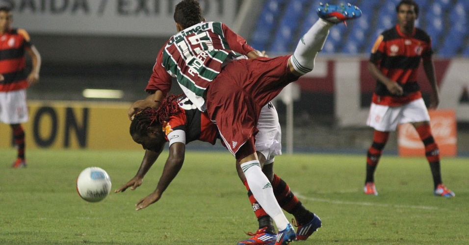 Vágner Love sofre falta do zagueiro Anderson do Fluminense, durante segundo tempo do Fla-Flu