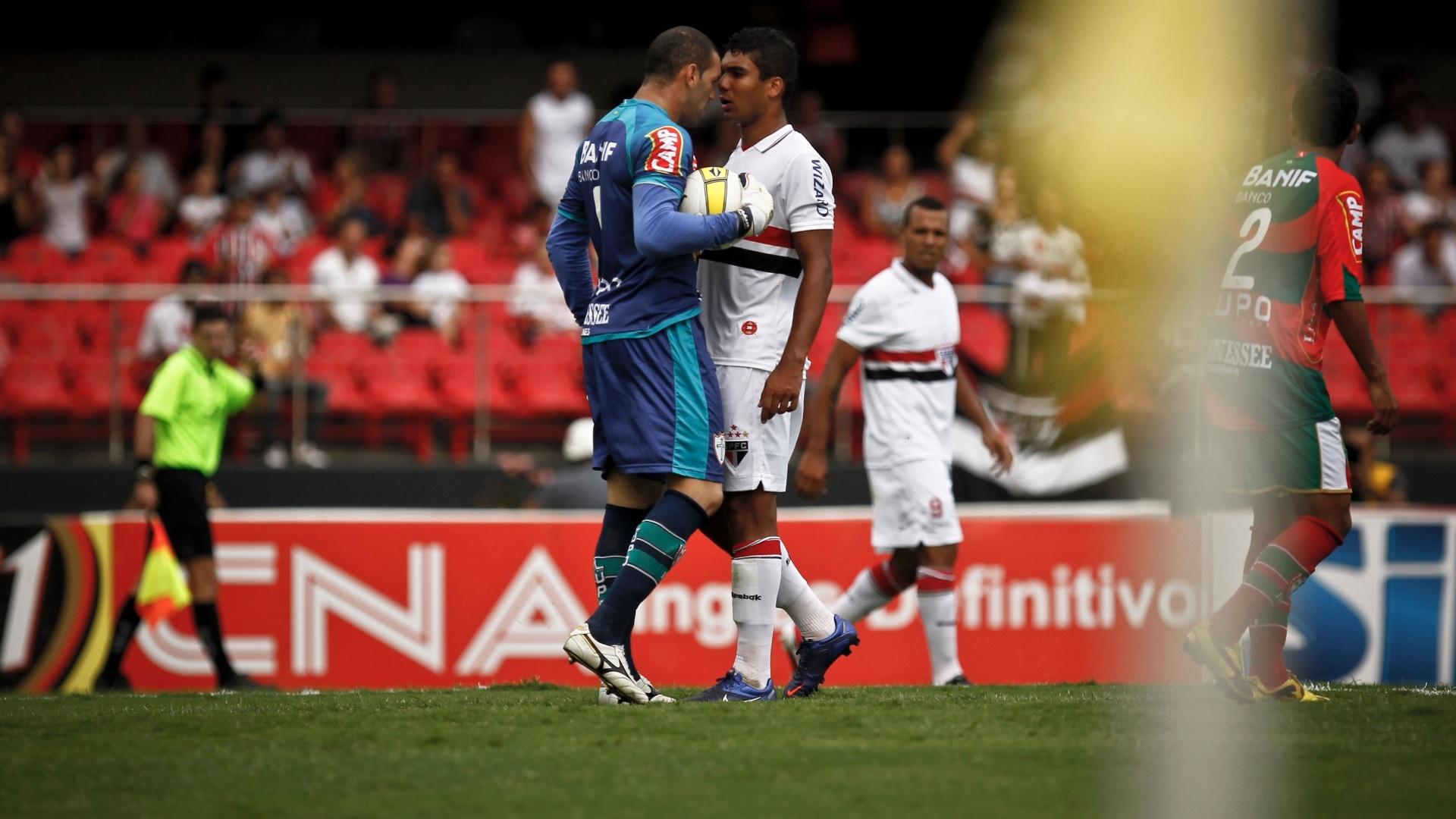 Weverton, da Portuguesa, e Casemiro, do São Paulo, se encaram durante a partida