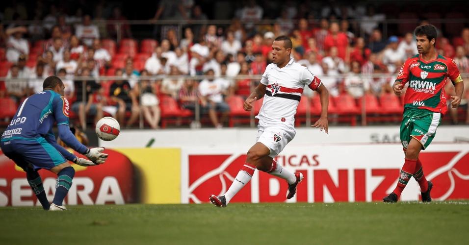 Weverton, goleiro da Portuguesa, sai do gol e impede a finalização de Luis Fabiano