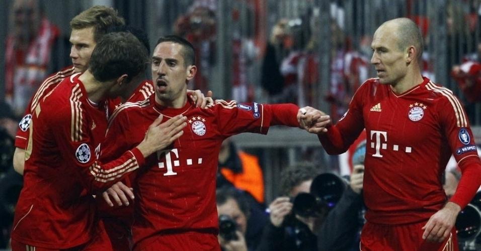 Muller (e) agradece a Robben (c) pelo passe para o segundo gol, junto com Robben (d)