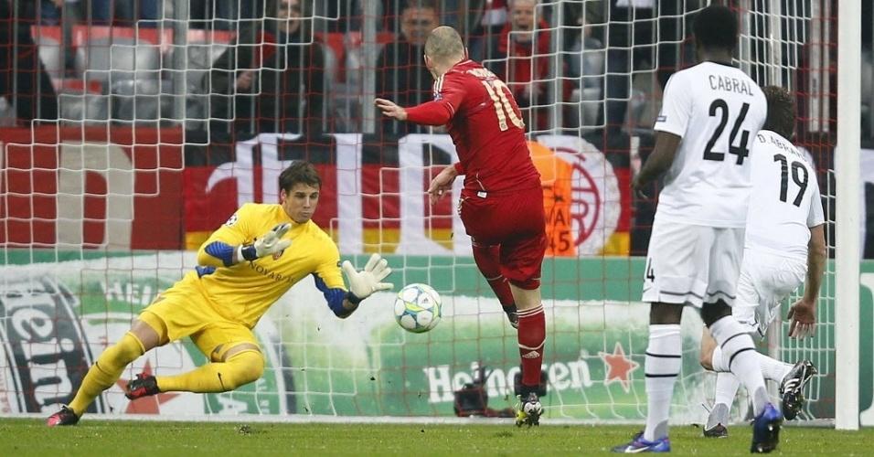 O holandês Arjen Robben chuta no canto de Sommer, para marcar o primeiro do Bayern e empatar o confronto
