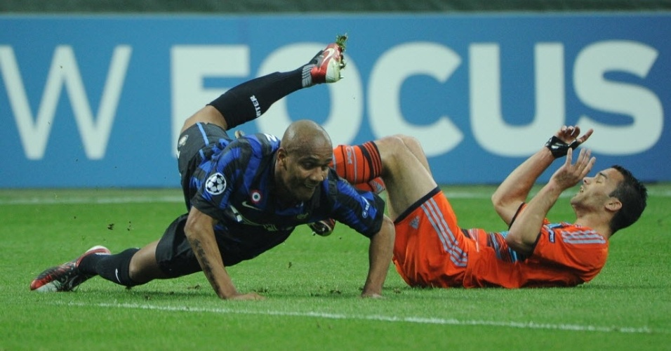 Os laterais Maicon da Inter e Amalfitano do Olympique brigam pela bola no San Siro