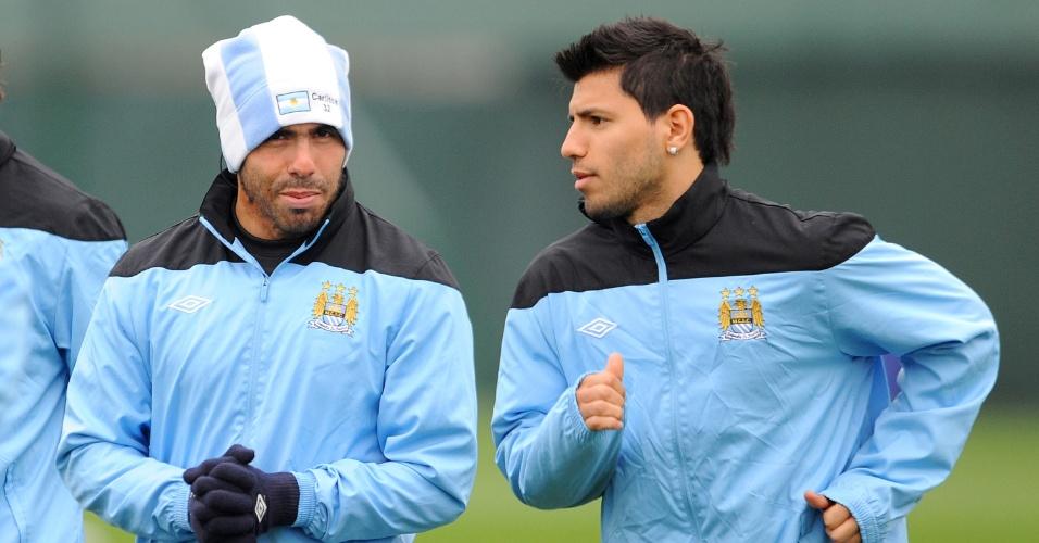Ao lado do também argentino Sergio Aguero, Tevez (esq) mostrou entrosamento com elenco do City