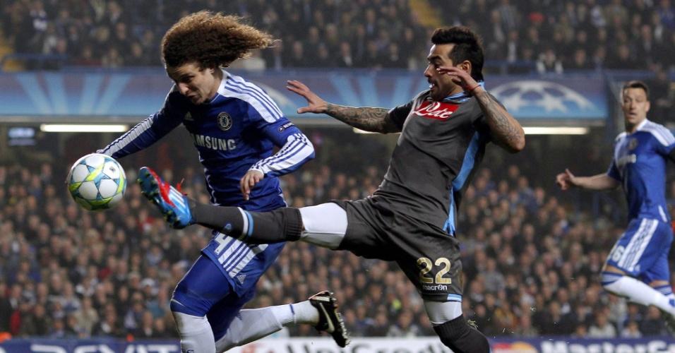 Brasileiro David Luiz disputa a bola diante de Ezequiel Lavezzi em partida entre Chelsea e Napoli