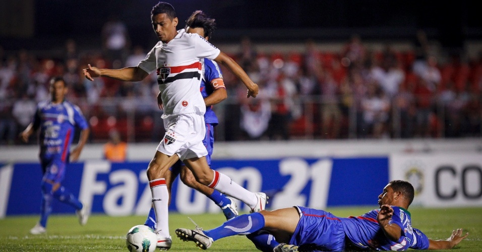 Cícero, do São Paulo, tenta evitar o combate do jogador do Independente