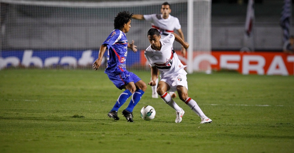 Cícero, do São Paulo, tenta passar pela marcação do jogador do Independente