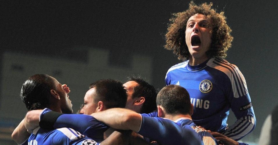 David Luiz pula sobre seus companheiros de Chelsea para comemorar o gol de John Terry contra o Napoli