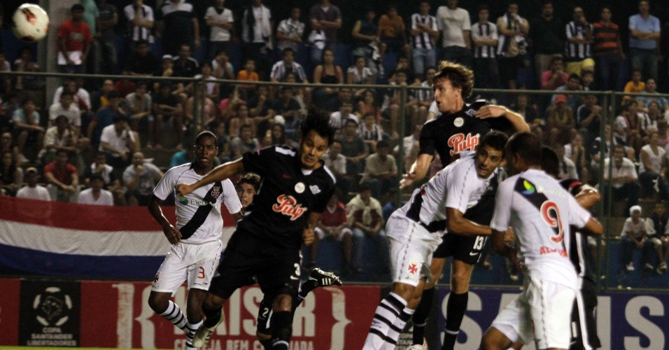 Diego Souza cabeceia para abrir o placar pelo Vasco no jogo contra o Libertad