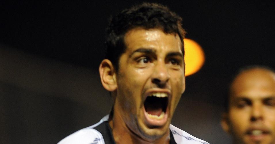 Diego Souza, do Vasco, comemora após abrir o placar na partida contra o Libertad
