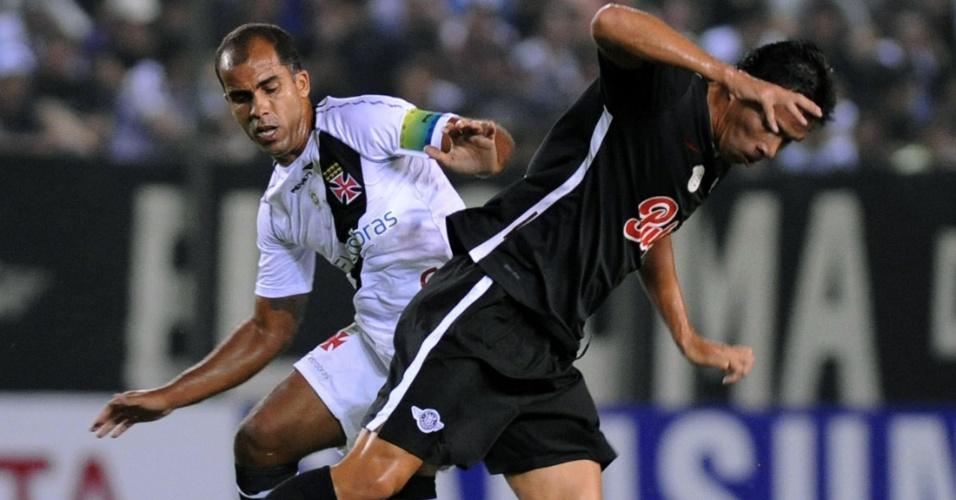 Felipe, do Vasco, tenta roubar a bola do jogador do Libertad