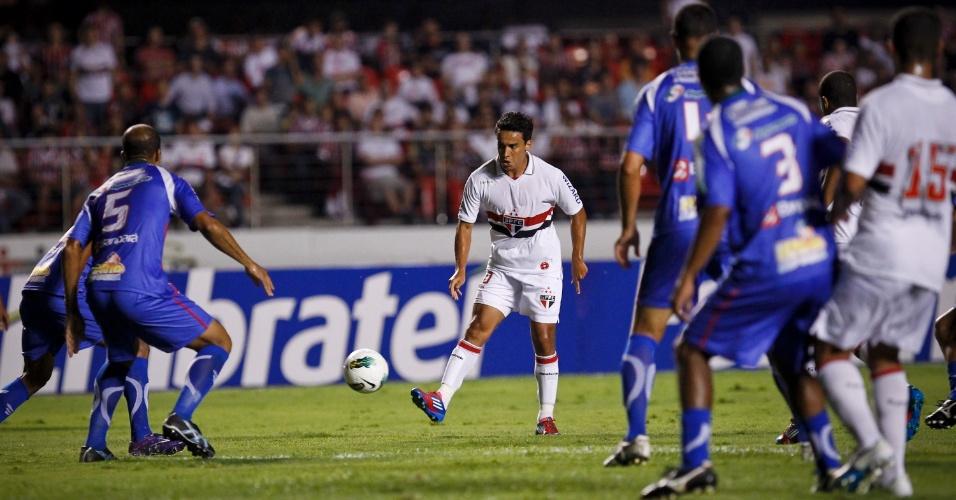 Jadson, do São Paulo, tenta o passe lateral durante a partida contra o Independente