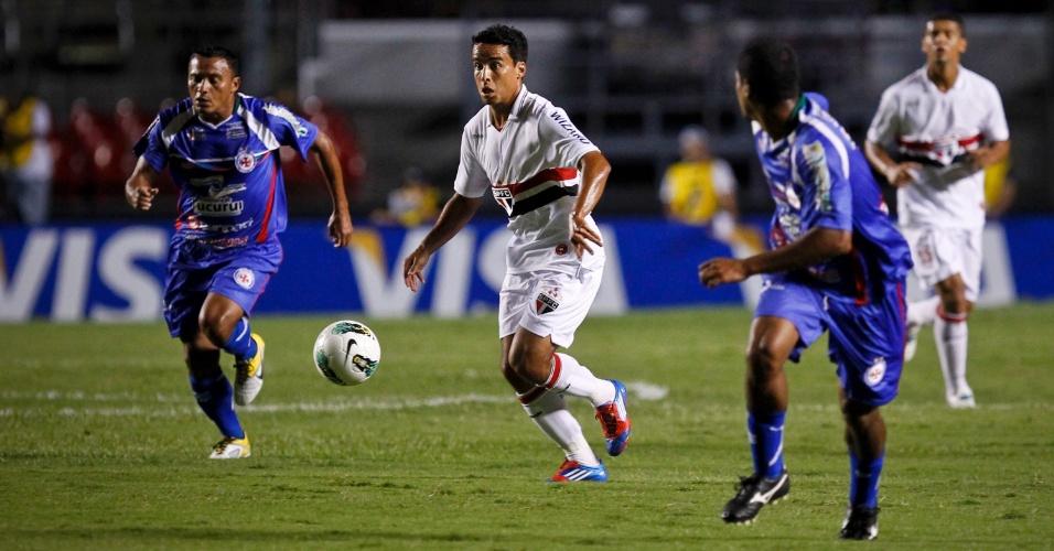 Jadson, meia do São Paulo, conduz a bola durante a partida contra o Independente