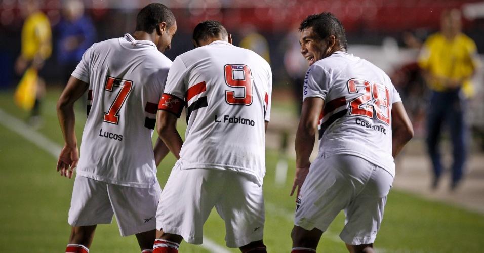 Jogadores do São Paulo fazem coreografia para comemorar o segundo gol contra o Independente, marcado por Luis Fabiano