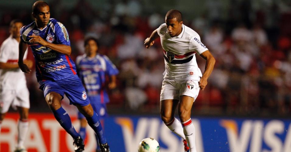 Lucas, do São Paulo, tenta a jogada durante a partida contra o Independente