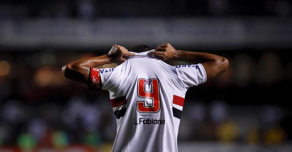 Luis Fabiano comemora quarto gol na partida contra o Independente