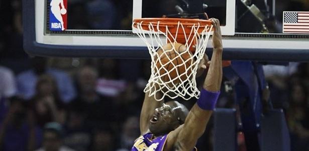 ?Mascarado? Kobe Bryant conseguiu uma bonita enterrada no duelo contra o Memphis Grizzlies