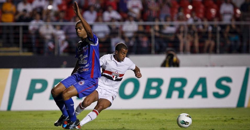 O meia Lucas, do São Paulo, passa pela marcação do defensor do Independente