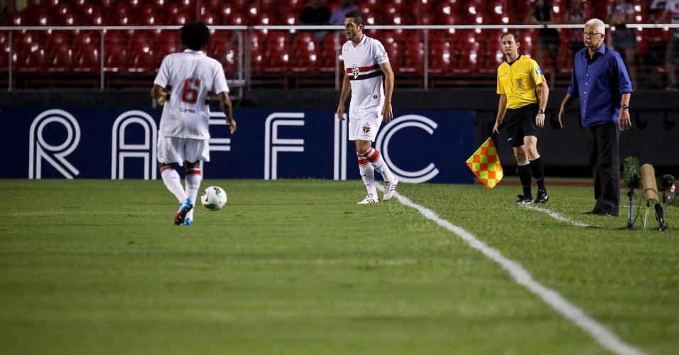 Observados por Leão, Rhodolfo e Cortez tentam a jogada durante jogo contra o Independente