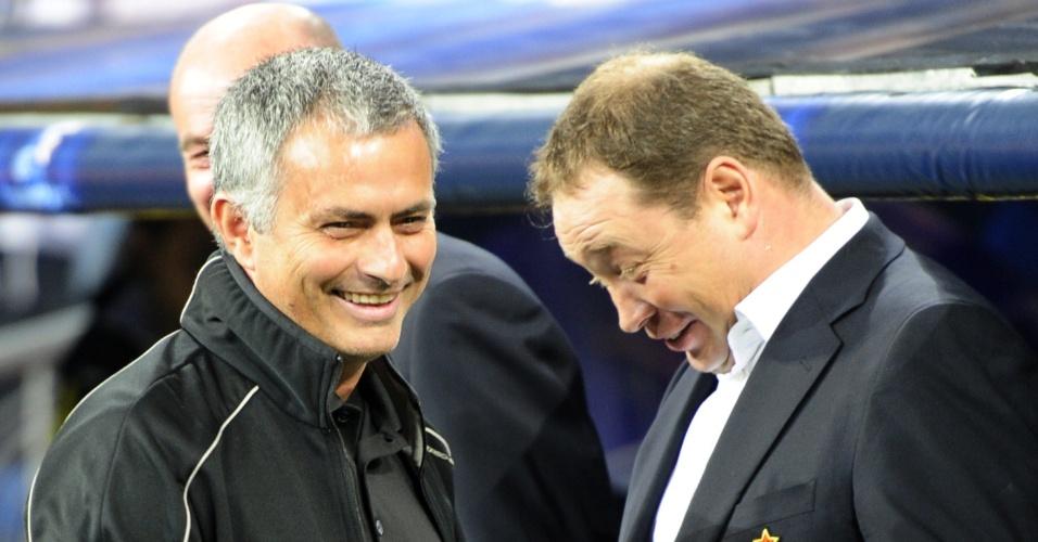 Técnico José Mourinho e Leonid Slutski, do CSKA Moscou se cumprimentam antes da partida válida pela Liga dos Campeões
