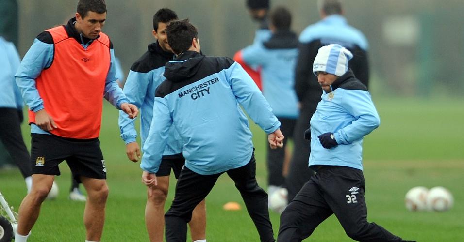 Tevez, que ficou afastado do clube devido a problemas com o treinador Roberto Mancini, foi reintegrado ao elenco e deve retornar a equipe na partida contra o Chelsea