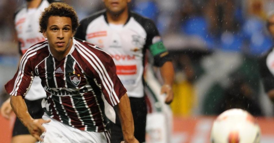 Wellington Nem, do Fluminense, tenta a jogada durante a partida contra o Zamora