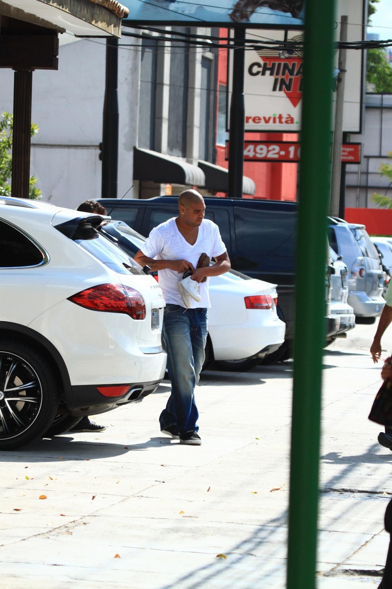 Adriano chega de carro à churrascaria na Barra da Tijuca