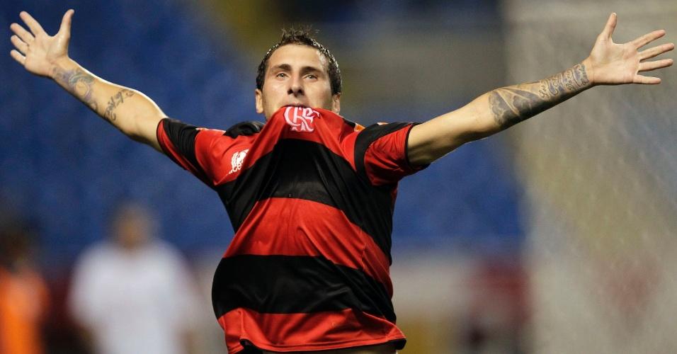 Bottinelli comemora ao abrir o placar para o Flamengo na partida contra o Olimpia (15/03/12)