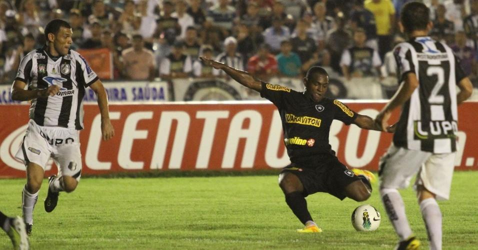 Jobson, do Botafogo, tenta a finalização no jogo contra o Treze