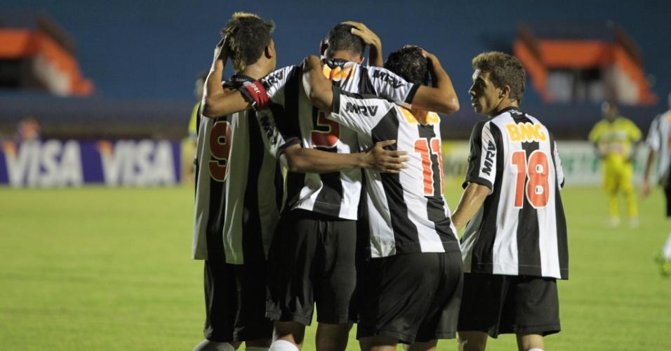 Jogadores do Atlético comemoram gol durante a vitória sobre o Cene-MS