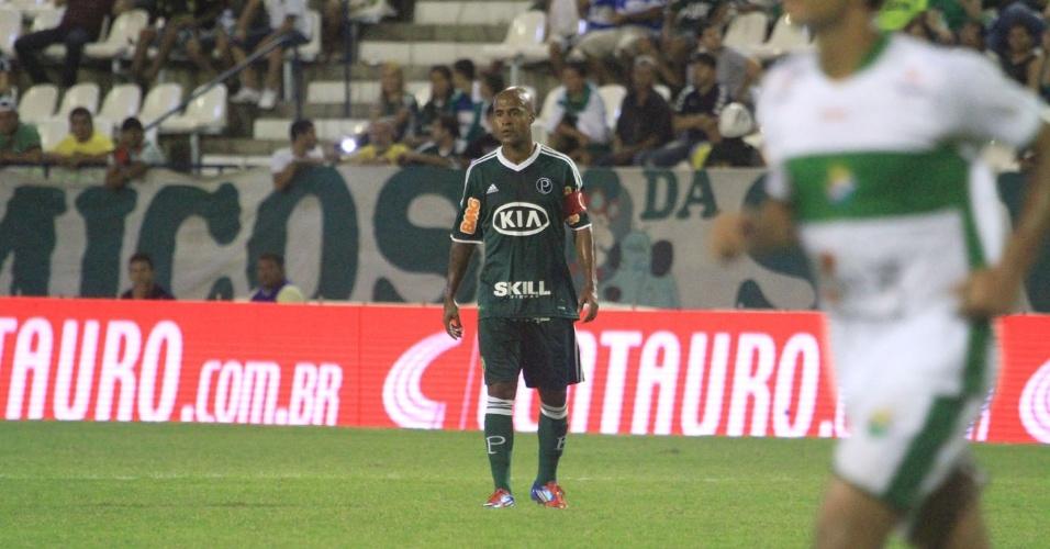 Marcos Assunção, do Palmeiras, observa a bola durante a partida contra o Coruripe