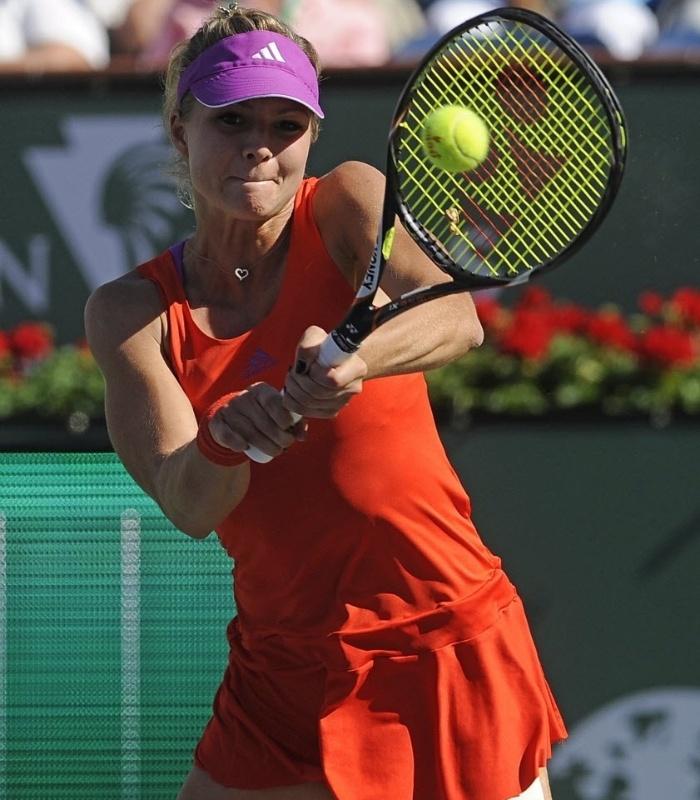 Maria Kirilenko rebate a bolinha durante partida contra Maria Sharapova, em Indian Wells