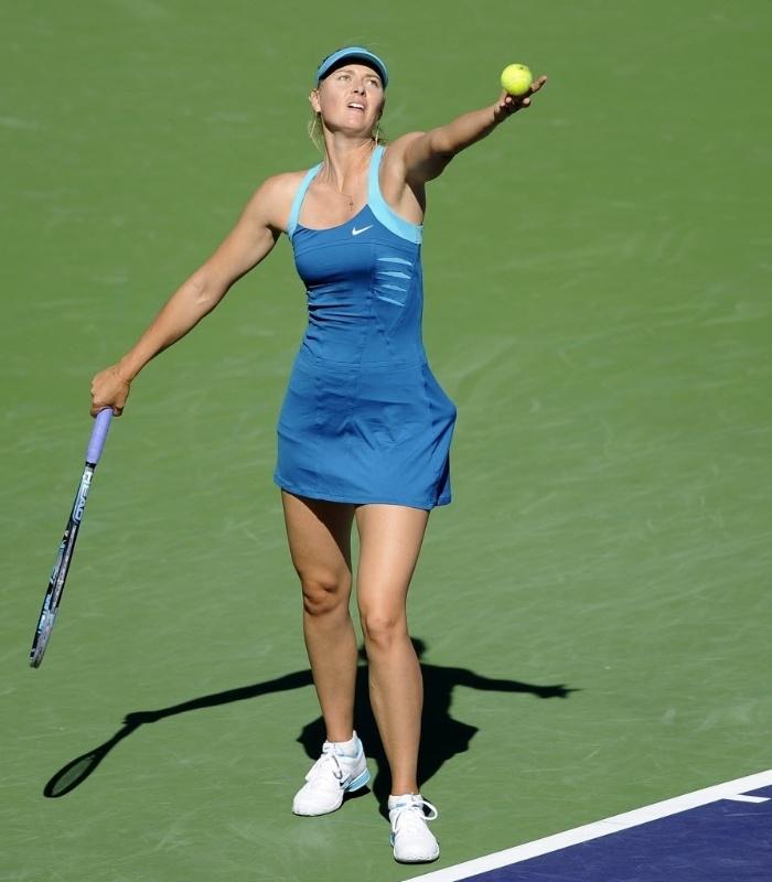 Maria Sharapova, da Rússia, saca durante jogo contra a compatriota Maria Kirilenko, em Indian Wells