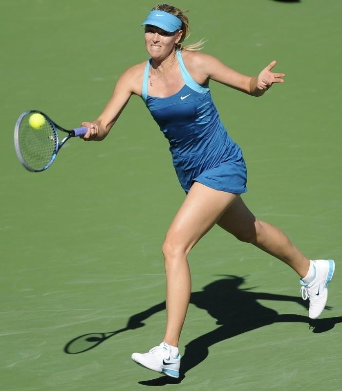 Maria Sharapova faz devolução durante duelo contra compatriota Maria Kirilenko, em Indian Wells