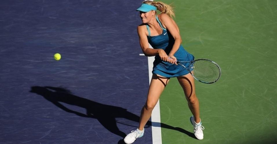 Maria Sharapova rebate saque de Maria Kirilenko durante partida entre as russas em Indian Wells