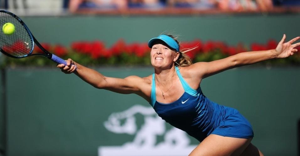 Maria Sharapova se esforça para alcançar bola durante partida contra Maria Kirilenko, em Indian Wells