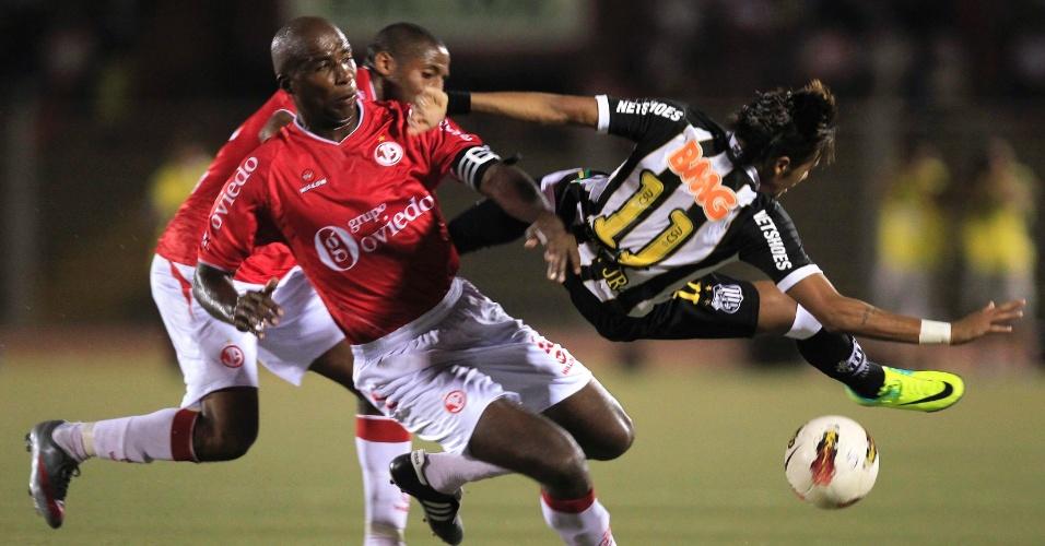 Neymar sofre falta dura na partida entre Santos e Juan Aurich (15/03/12)