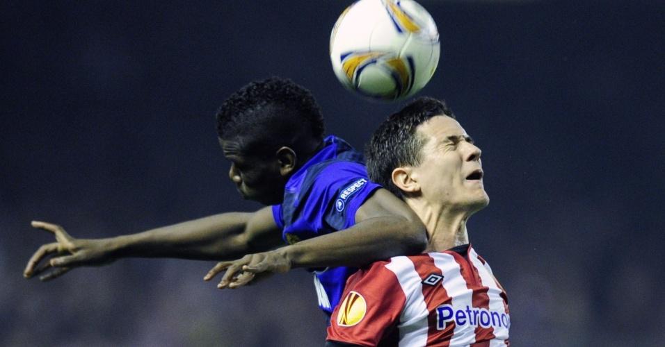 Paul Pogba e Ander Herrera disputa a bola pelo alto durante partida entre Atlético de Bilbao e Manchester United
