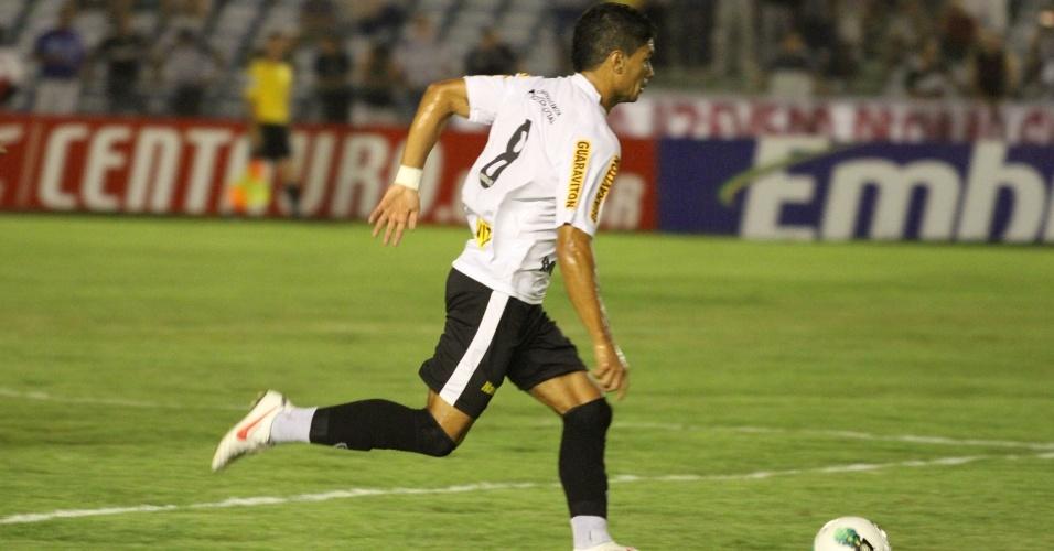 Renato, do Botafogo, conduz a bola durante a partida contra o Treze