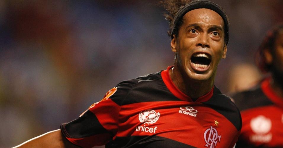 Ronaldinho Gaúcho comemora ao marcar o segundo gol do Flamengo contra o Olimpia (15/03/12)