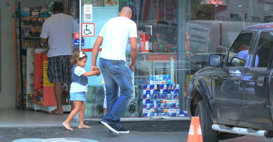 Sem clube, Adriano é visto deixando uma churrascaria do Rio de Janeiro