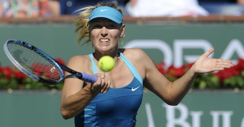 Sharapova rebate a bolinha durante confronto diante da compatriota Maria Kirilenko, nas quartas de Indian Wells