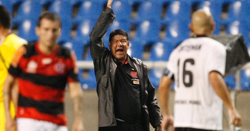 Técnico Joel Santana esbraveja durante a partida entre Flamengo e Olimpia (15/03/12)