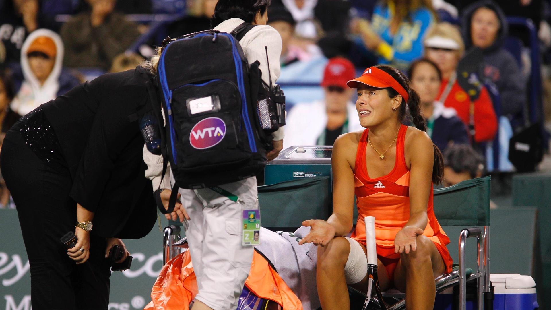 Após sentir lesão no quadril esquerdo, a sérvia Ana Ivanovic chora antes de abandonar semifinal de Indian Wells contra Maria Sharapova, da Rússia