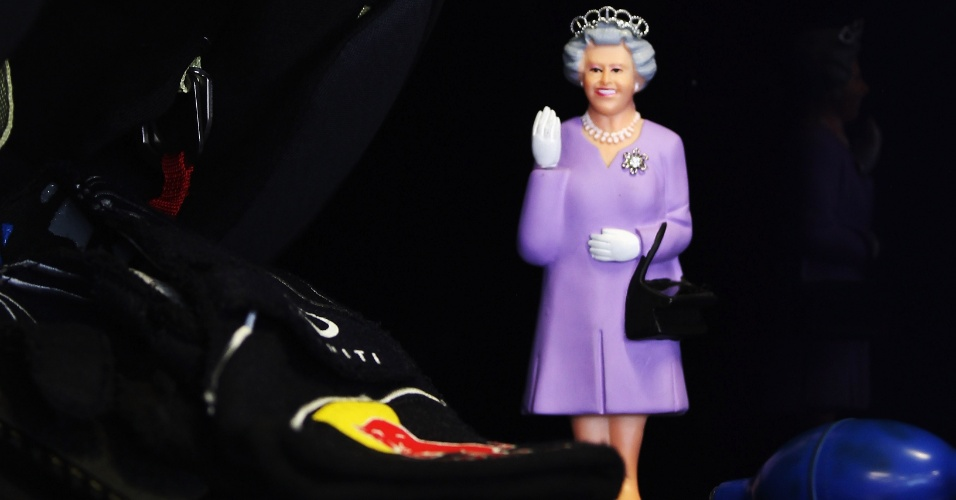 "Boneco da rainha Elizabeth ""enfeita"" o carro de Sebastian Vettel na Austrália"