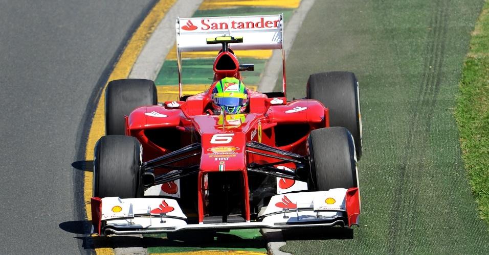 Felipe Massa pilota sua Ferrari pelo circuito de Albert Park durante o treino de classificação