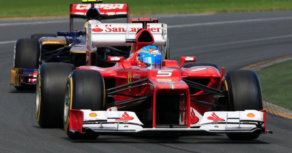 Fernando Alonso acelera sua Ferrari pelo circuito de Albert Park