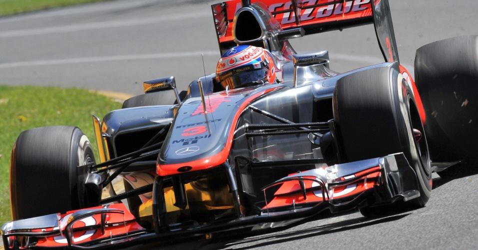 Jenson Button guia sua McLaren pelo circuito de Albert Park durante o treino de classificação